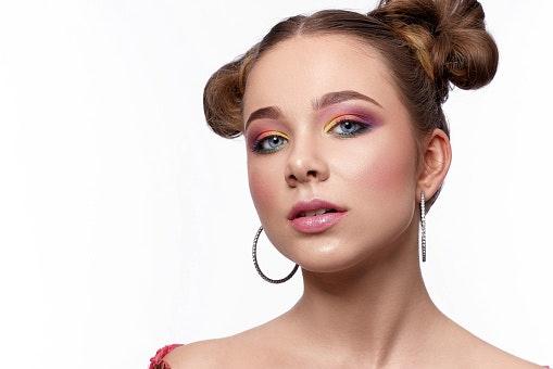 Chica pintada con los Ojos neón