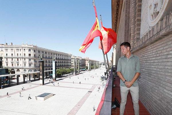 Ander Herrera en el balcón del Ayuntamiento. Fuente: Heraldo de Aragón
