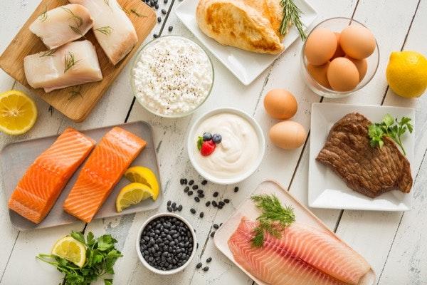 """Carne, peixe, marisco e ovos   Apesar de reconhecer que o consumo destes alimentos deve ser moderado, diz acreditar na """"sua necessidade como parte de uma alimentação equilibrada"""" e opta por consumi-los """"no estado mais puro e natural: cru"""". Sublinha a importância de procurarmos carne de vaca e de pato fresca e de qualidade, proveniente de animais de pasto, para podermos comê-la crua com confiança."""