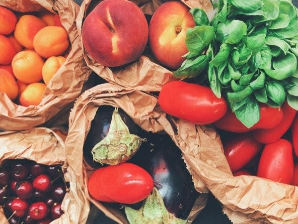 """A fruta e os legumes   A autora aponta-os como """"o nosso maior refúgio"""". Explica que são opções saudáveis, naturais e não processadas, e acrescenta que podem ser combinadas em receitas simples e frescas, de forma surpreendente e divertida. Sulinha como sendo essenciais o abacate, a lima, o limão, a laranja, o maracujá, as maçãs, as peras e o coco. Não se esquece também das bananas, mangas, framboesas, mirtilos, amoras e morangos, frescos e congelados."""