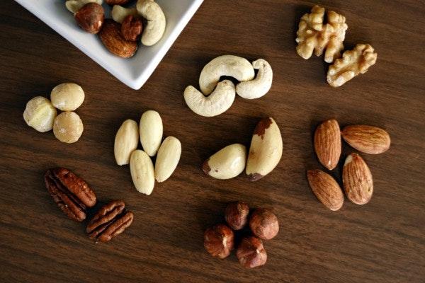 """Os frutos secos e as sementes   São ingredientes essenciais para a autora. """"Estão sempre a ser utilizados [na minha cozinha] - para fazer pão, massas frescas, granolas, tartes, mousses de fruta, gelados, saladas, etc. Acho que é raro o prato em que não inclua um tipo de semente."""" Recomenda as amêndoas e as avelãs, bem como as nozes, os pistácios e os amendoins; quanto a sementes, fala nas de chia, de girassol, de sésamo e de cânhamo, ressalvando a importância de demolhar estes ingredientes para facilitar o processo de digestão."""