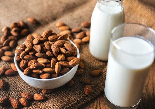"""Os leites vegetais   Os que Inês usa são sempre feitos por si. Recomenda que sigamos o seu exemplo, já que estes """"leites"""" são """"fáceis de fazer e de ter sempre em casa"""", explica. Mas, se optar por comprá-los, a autora ressalva a importância de escolher """"os que não têm açucares adicionados"""". Sugere o leite de amêndoa, o de avelã e o de coco."""