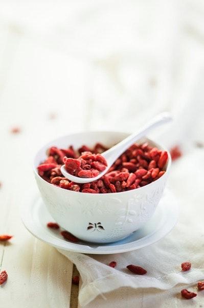Os superalimentos   Têm um altíssimo valor energético e nutricional, são ricos em vitaminas, minerais, enzimas e por aí fora, e apresentam elevados níveis de absorção. É por isso que Inês Simas, apesar de os incluir em muitas das suas receitas, aconselha a ingestão moderada e consciente destes superalimentos. Os seus preferidos são: boabá, camu-camu, góji, cacau cru, açaí, espirulina e maca (em pó); chia e cânhamo (em sementes); e gengibre e curcuma (frescos).