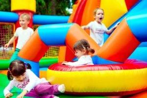 Kids Zone, com insufláveis