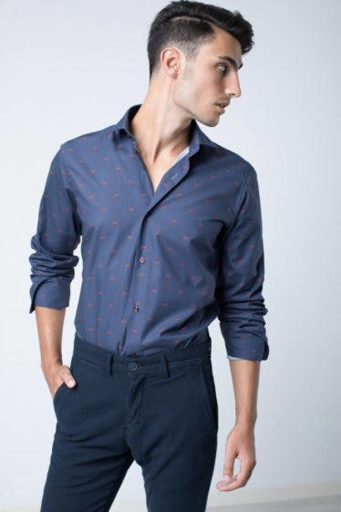 camisa-slim-fit-estampado-coches-azul-marino-3
