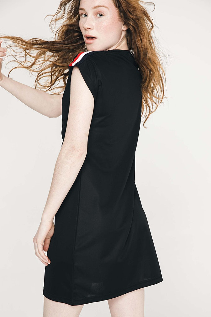 vestido negro bandas