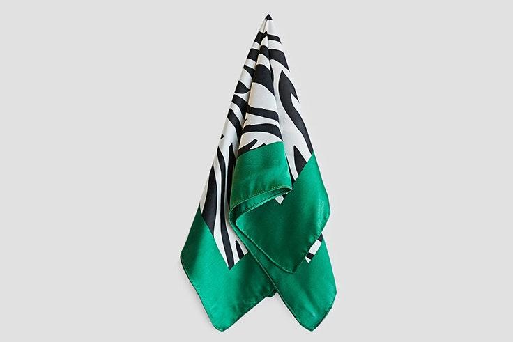 panuelo-estampado-cebra-detalle-verde-stradivarius