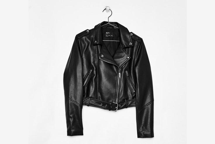 halloween-2018-cazadora-biker-cuero-negra-bershka
