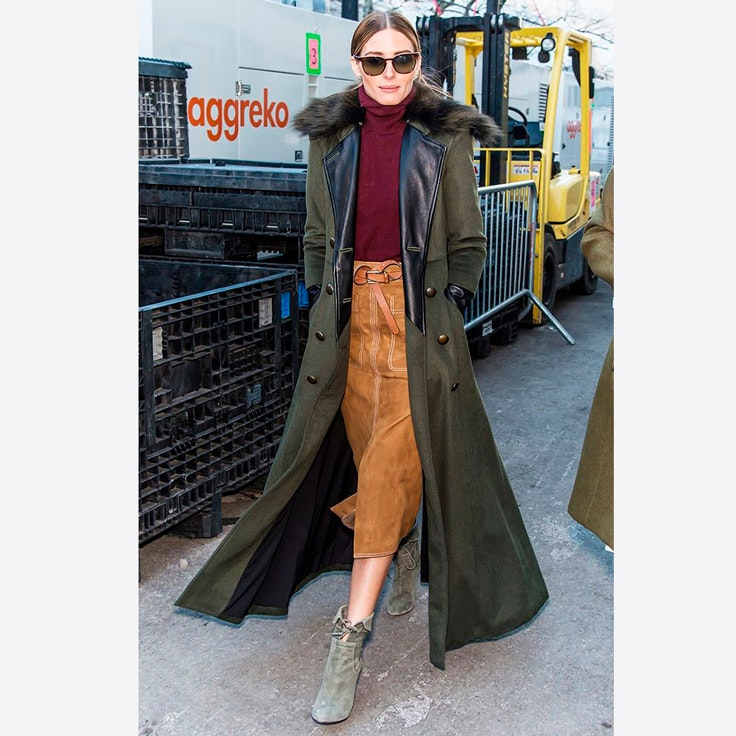 falda-midi-color-marron-conjunto-olivia-palermo