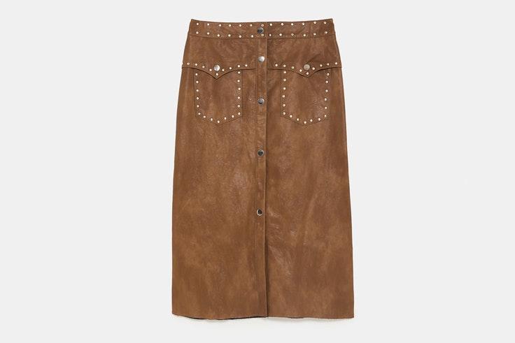 falda-midi-color-marron-tachuelas-zara