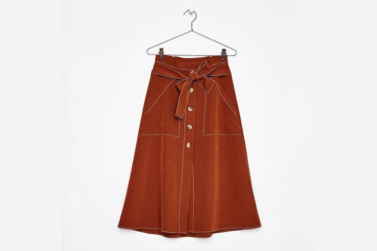 falda-midi-pespunte-contrasta-marron-bershka