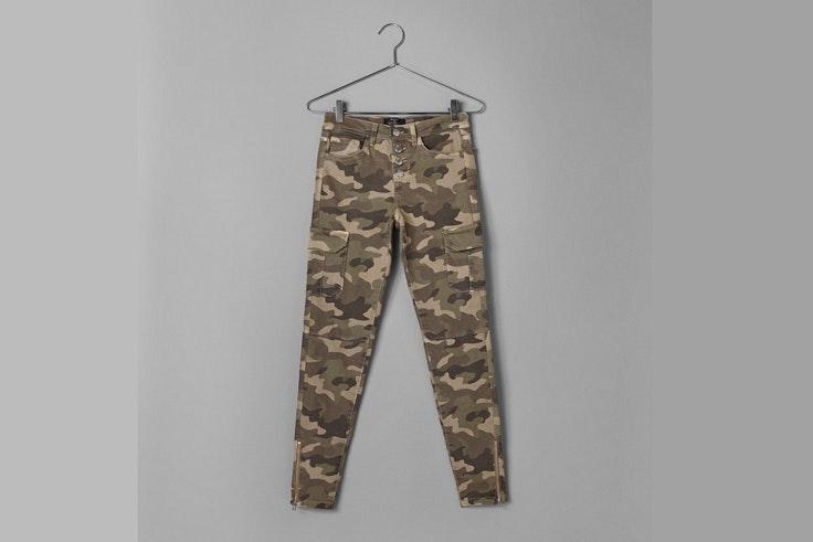 pantalon-estampado-camuflaje-tendencia-militar-bershka