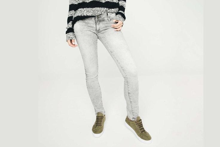 pantalon-vaquero-color-gris-pitillo-inside