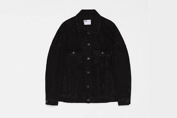 chaqueta vaquera en color negro de bershka