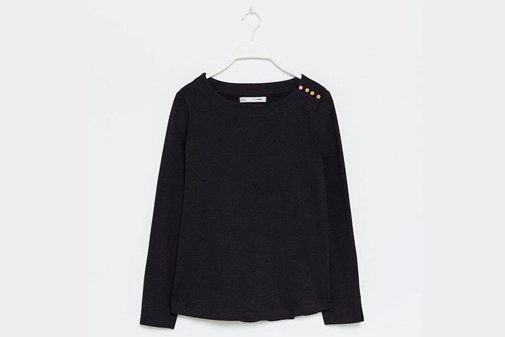 jersey negro detalle botones dorados sfera
