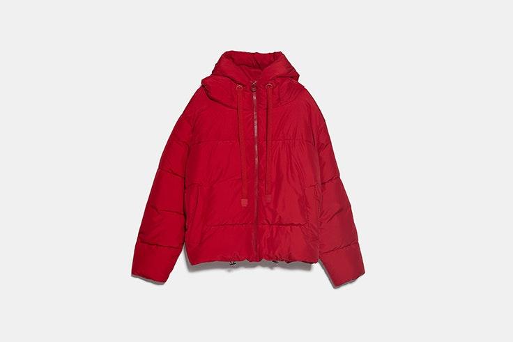 cazadora roja acolchada con capucha de Zara abrigos de las influencers