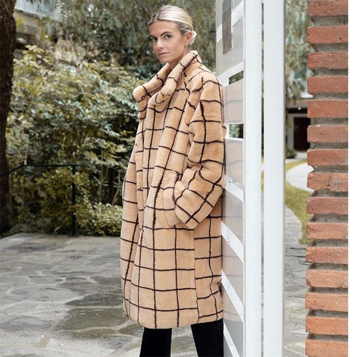 patricia sañes abrigo largo beige pelo terciopelo estilo
