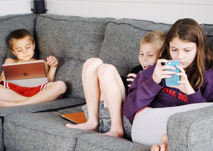 niños dispositivos electrónicos