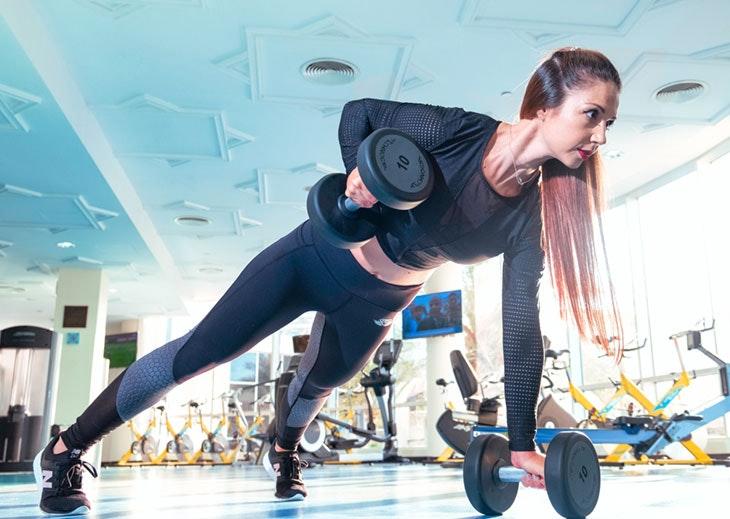 entrenar pesas mujeres