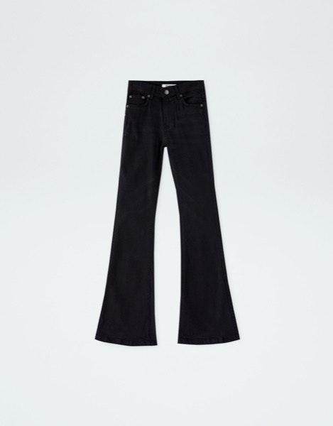 Tronco comprido | Calças de cintura extra subida e longas criam a ideia de que as pernas são maiores. | Pull&Bear, 19,99€