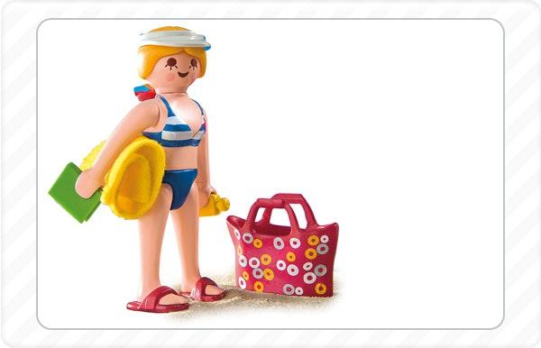 2010 - Na praia: como resposta a muitos pedidos, as primeiras figuras que usam biquini e fato de banho.