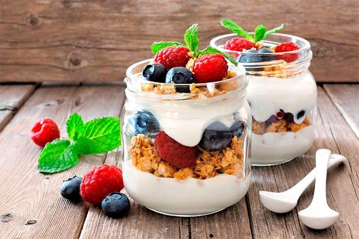 Yogur con frutas.