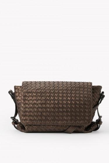 bolso trenzado color cobre
