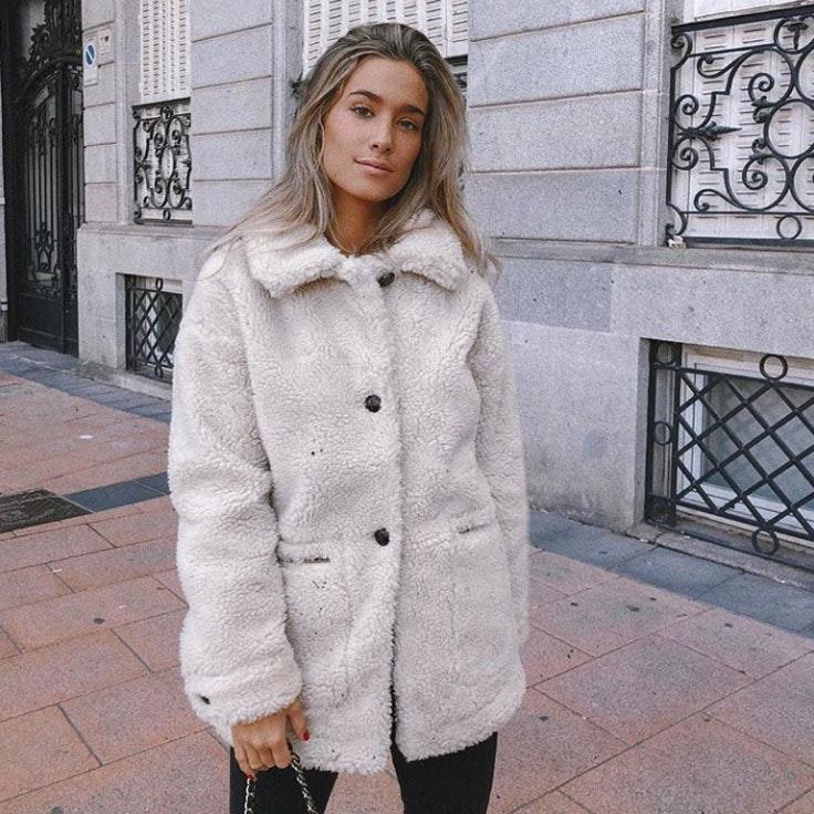 maria-pombo-abrigo-beige-borreguito