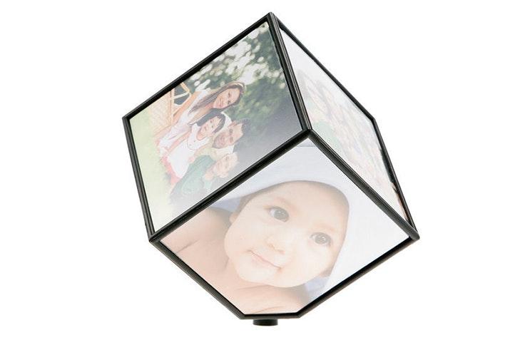 Portafotos cubo rotante (7€) de AleHop.