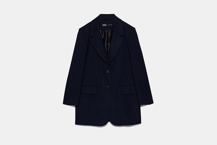 blazer larga azul marino con botones de Zara Macarena García