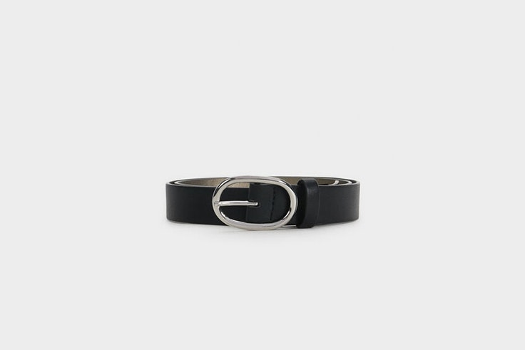 cinturon negro hebilla ovalada plateada parfois Mina El Hammani