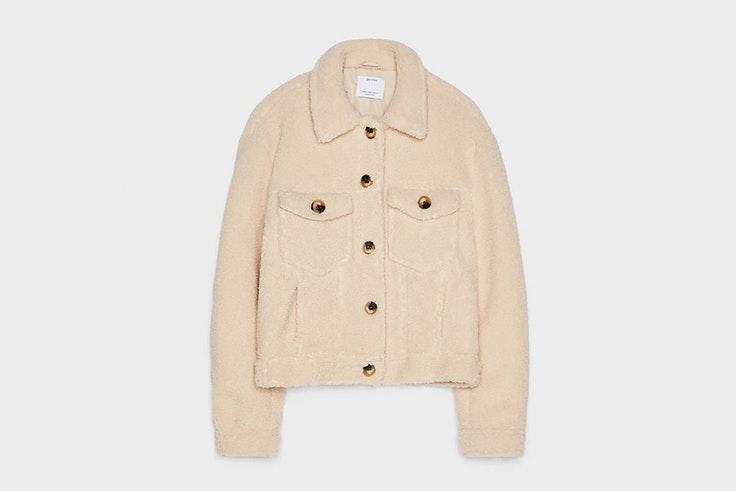 chaqueta borreguito beige Bershka