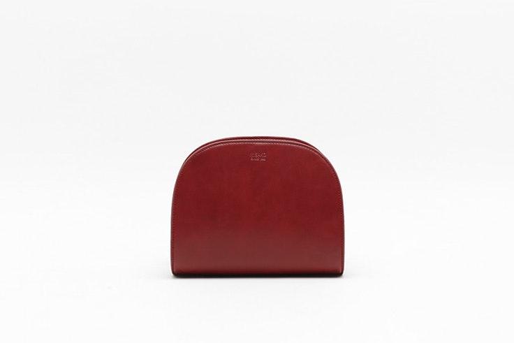bolso bandolera redondeado color rojo de misako botas negras