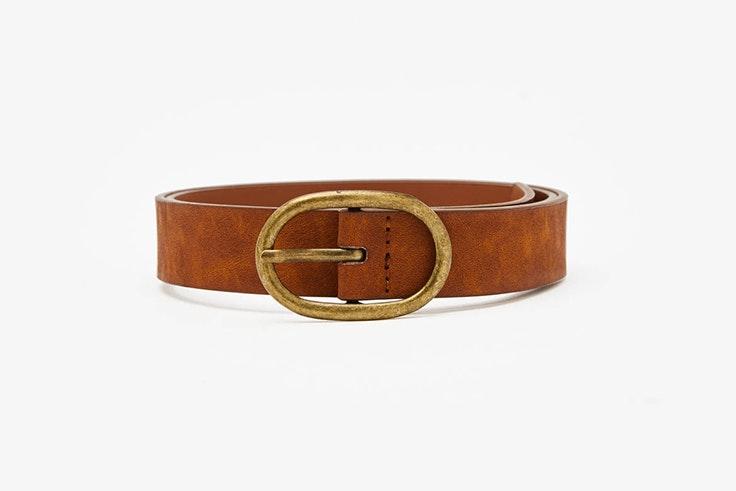 Cinturón marrón con hebilla dorada de Bershka