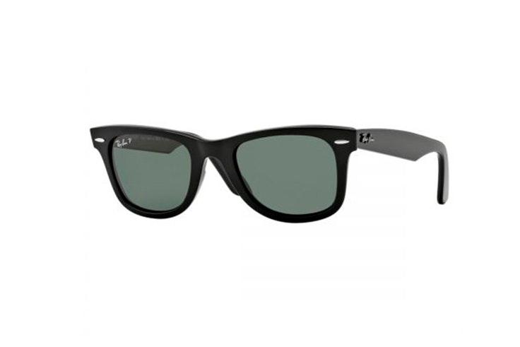 Gafas de sol Wayfarer de Ray Ban en color negro. Disponibles en Soloptical