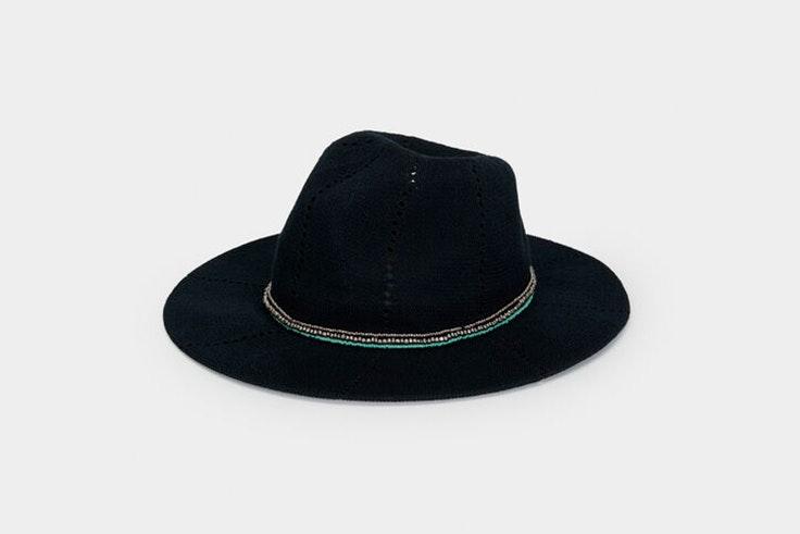 Sombrero negro con detalle de perlas de Parfois