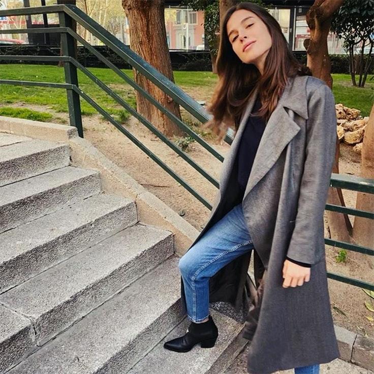 sandra gago looks para estar por casa inspiración abrigo vaqueros y botas