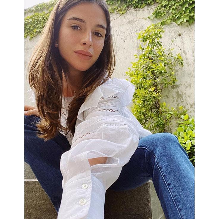 sandra gago looks para estar por casa inspiración blusa blanca y vaqueros