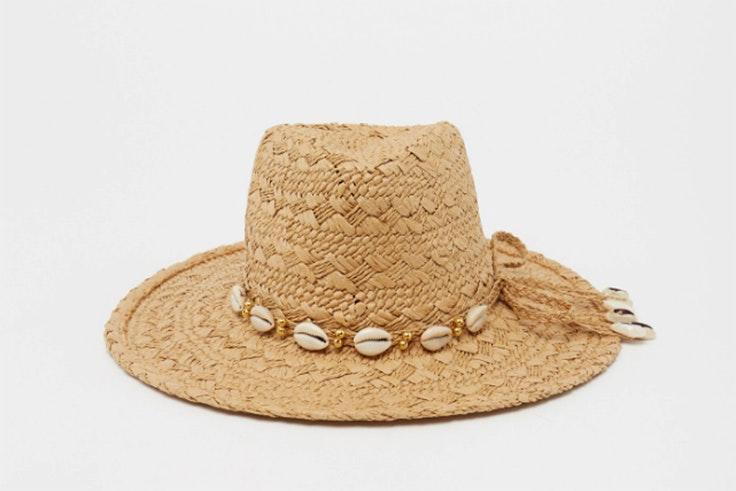 Sombrero de rafia con detalle de conchas de Sfera