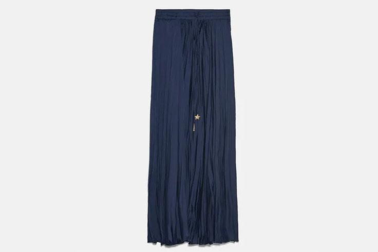 Falda midi en color azul marino de Zara