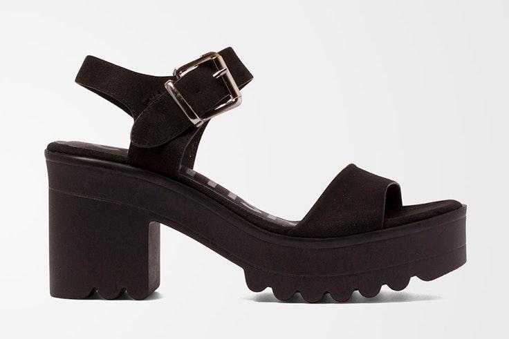 Sandalias negras de tacón. Disponibles en la zapatería Vas