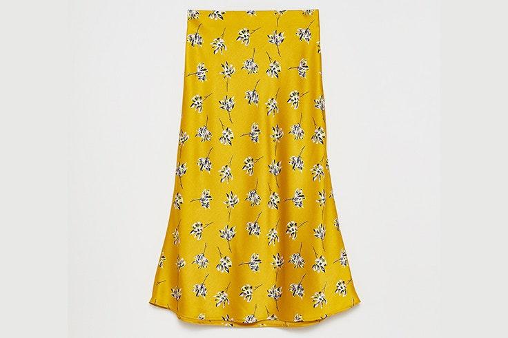 Falda midi satinada con estampado de flores en color amarillo de Sfera