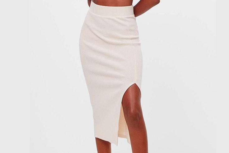 Falda midi de punto con abertura en color beige de Bershka