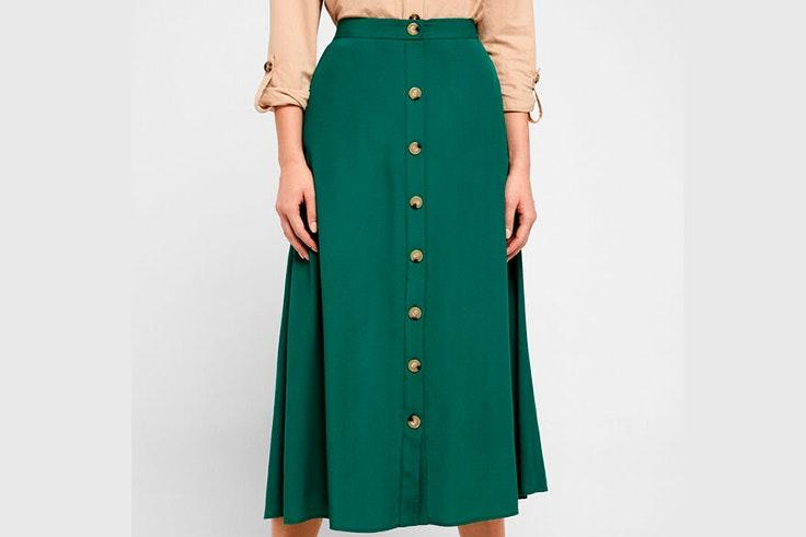 Falda midi en color verde con botones de Cortefiel