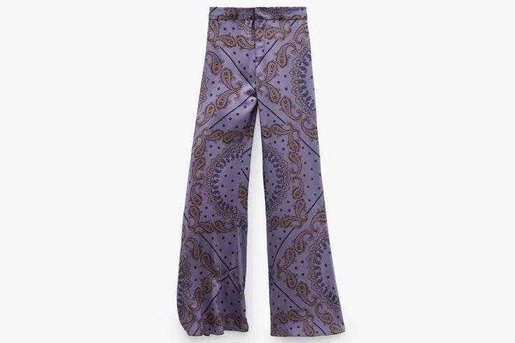 Pantalón estampado en color morado de Zara