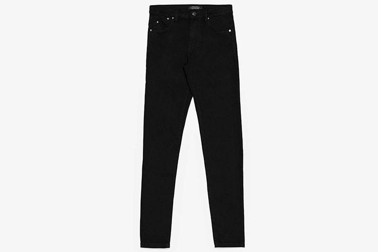 Pantalón pitillo en color negro de Bershka
