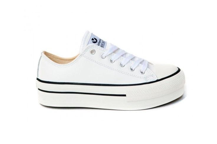 Zapatillas blancas con plataforma de Victoria. Disponibles en Zap In