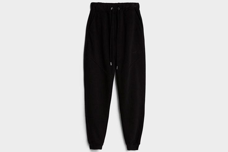 Pantalones jogger en color negro de Bershka tendencia