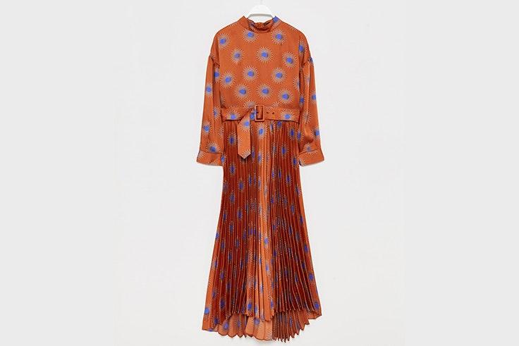 Vestido estampado en color naranja con falda plisada de Sfera