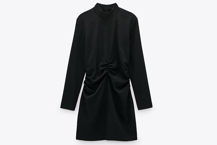 Vestido corto y drapeado en color negro de Zara